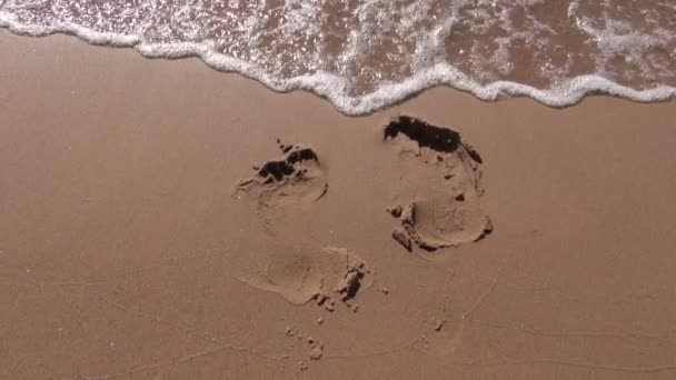 A resort tengerparti homok és a tenger hulláma nyomában