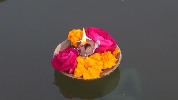 pistike virág és gyertya fény a Szent india folyóvíz ganges