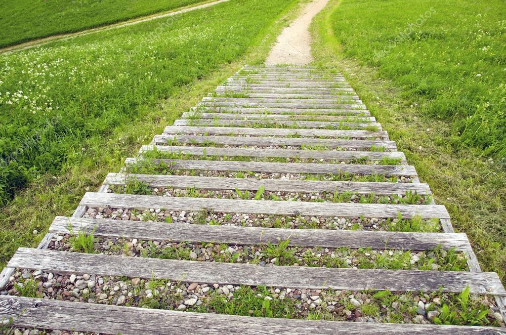 Escalera al aire libre de madera vieja con grava en el for Escalera de madera al aire libre precio