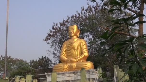 Socha Buddhy zlatý velký pán v Nepálu