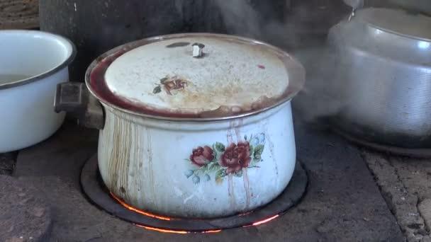 varu staré hrnce v kuchyni chudých zemědělských