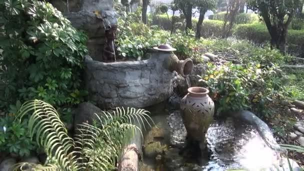Beautiful Szökőkút-ázsiai buddhista templom kert