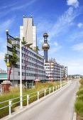 der berühmteste fernwärmebetrieb in wien, Österreich des künstlers hundertwasser charakteristisches gold und blauer schornstein des heizwerks ist von vielen orten wiens aus sichtbar