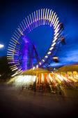 obraz abstraktní dlouhé expozice nejstarší, historické ruského kola v zábavním parku prater ve Vídni