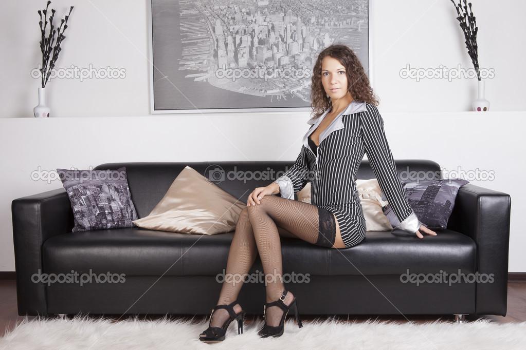 фото домохозяек дома сидящих на диване в черно-белых колготках протеиновый