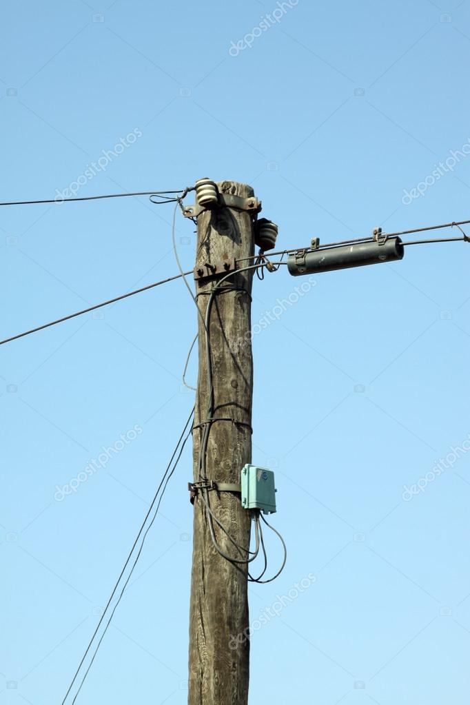 elektrischer Draht Pol in den blauen Himmel — Stockfoto © lnzyx ...