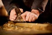 Fotografie starší muž dělá dřevoobráběcích