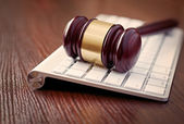 Richter aus Holz hantieren mit einer Computertastatur