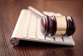 Fotografie Richter aus Holz hantieren mit einer Computertastatur