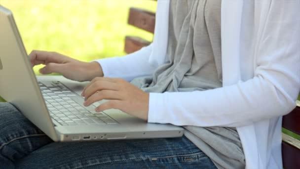 Ruce psané na klávesnici