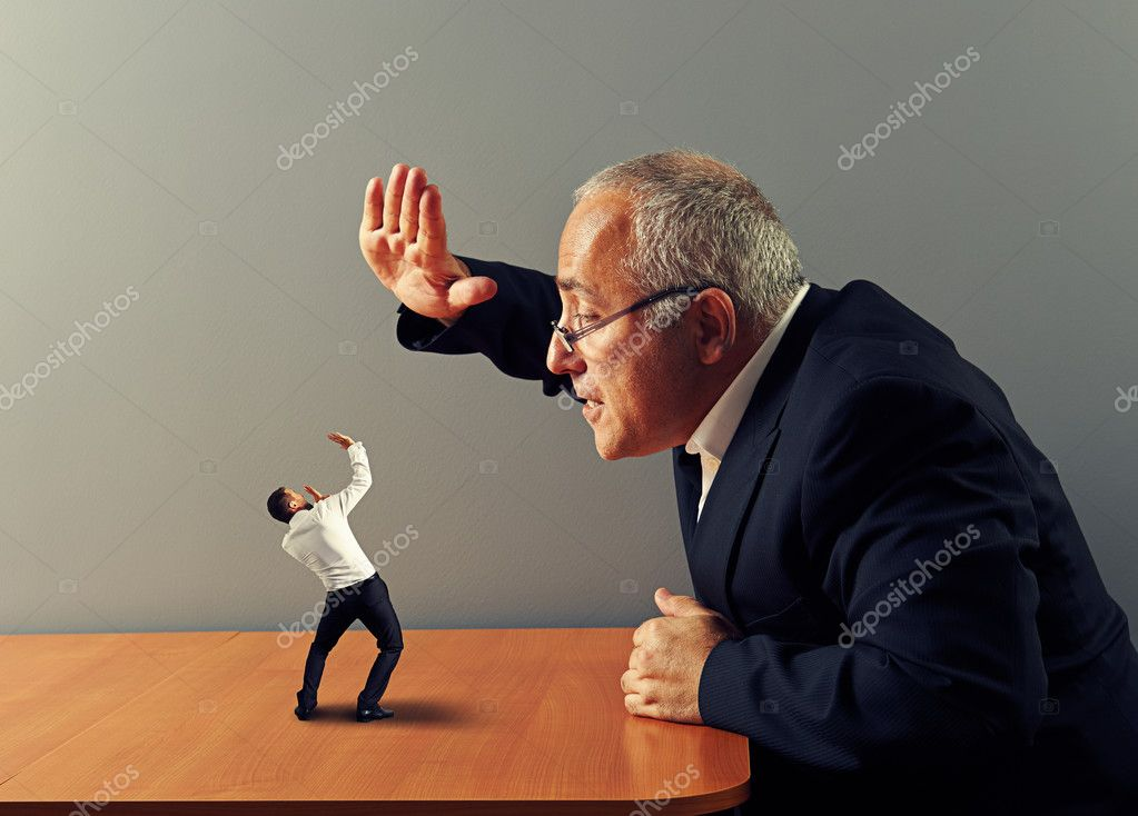 boss is angry at the bad employee