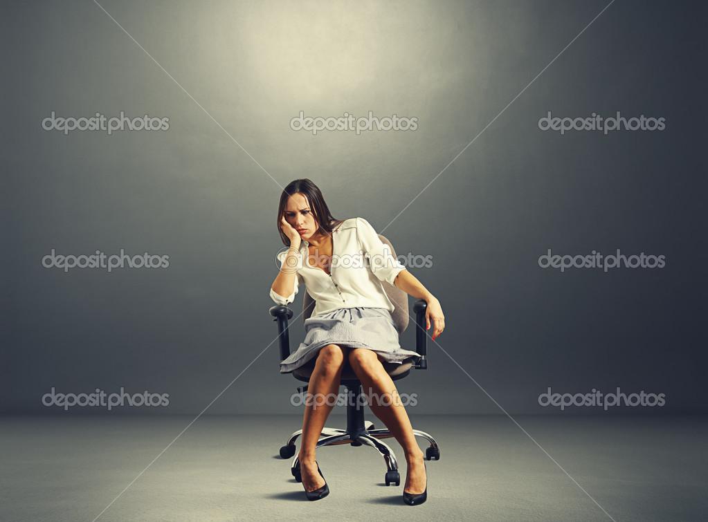 femme assise sur une chaise dans une pi ce sombre vide photographie konstantynov 39504375. Black Bedroom Furniture Sets. Home Design Ideas