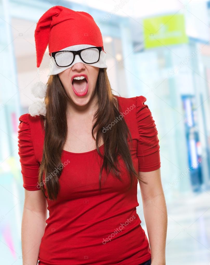 a47e0c3e4312a Mujer enfadada Navidad con un sombrero y gafas cubriendo sus ojos — Foto de  Stock