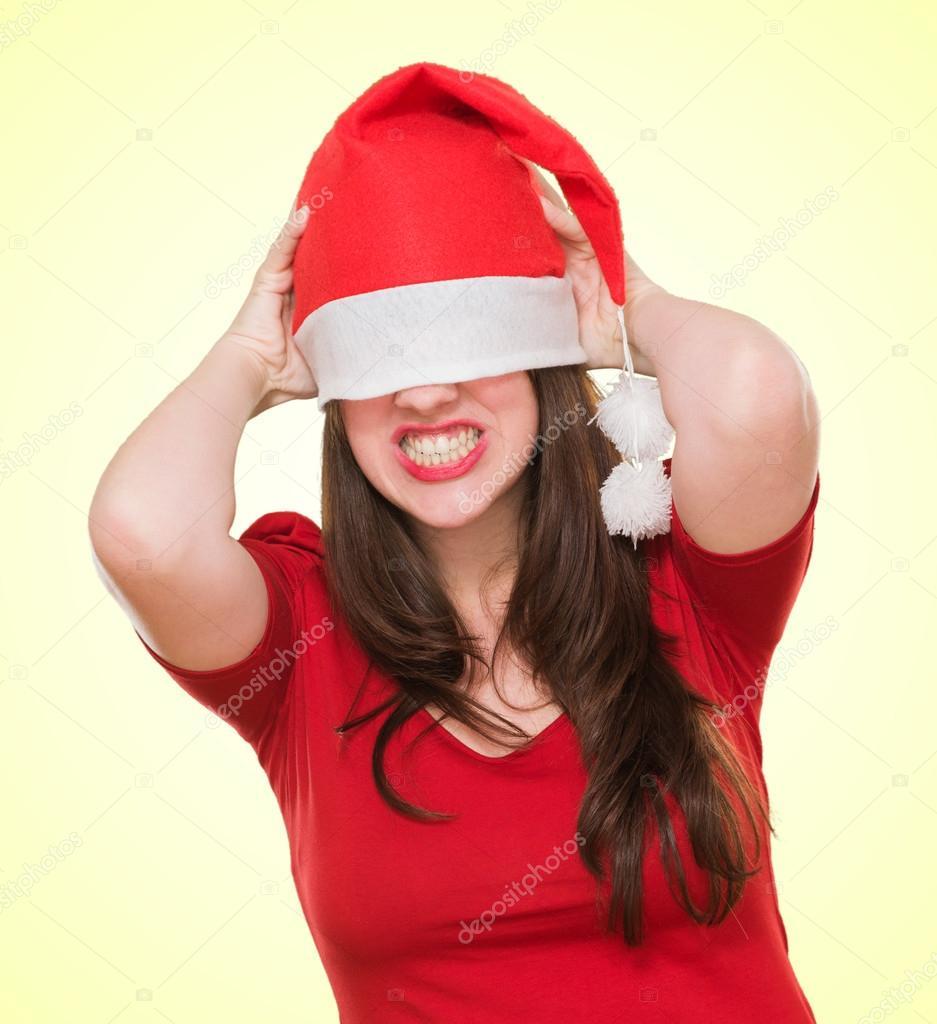 73af7dfed76d3 Mujer enojada con un sombrero de Navidad cubriendo sus ojos — Foto de Stock