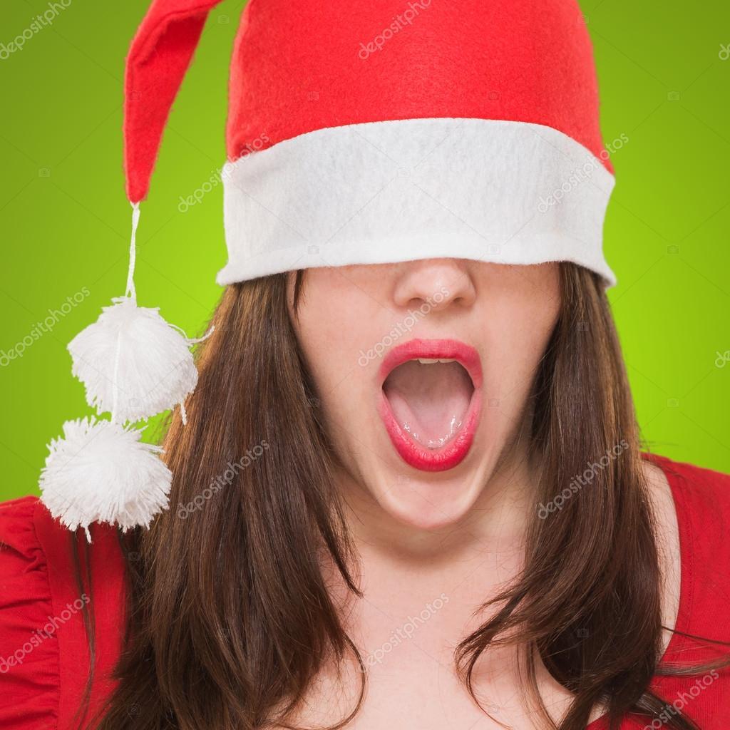 facbb82bdc5dc Sorprende mujer con un sombrero de Navidad cubriendo sus ojos — Fotos de  Stock