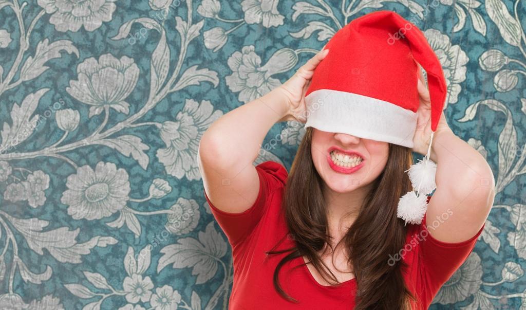 c7eaec55d66ba Mujer enojada con un sombrero de Navidad cubriendo sus ojos — Fotos de Stock