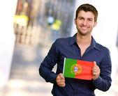 Fényképek Fiatal ember tartja a portugál zászló