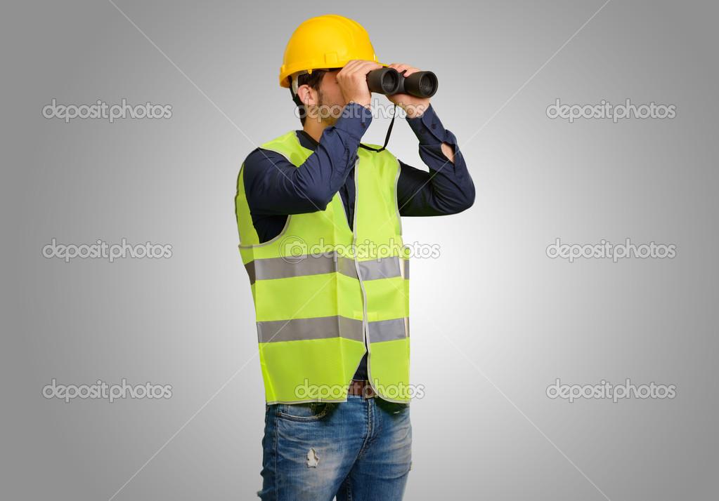Junger ingenieur durch ferngläser u stockfoto aaron amat