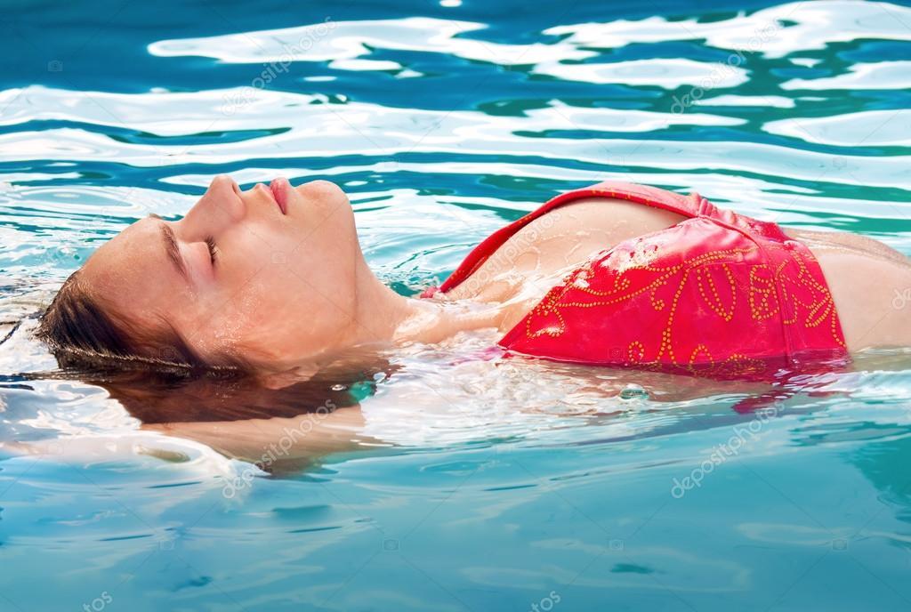 Teen Mädchen im Schwimmbad — Stockfoto © jerryb7 #16284777