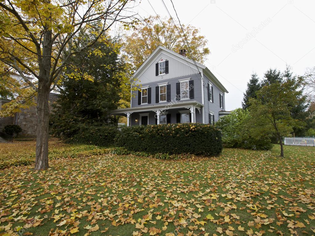 Casa americana del new england in autunno foto for Piani casa americana