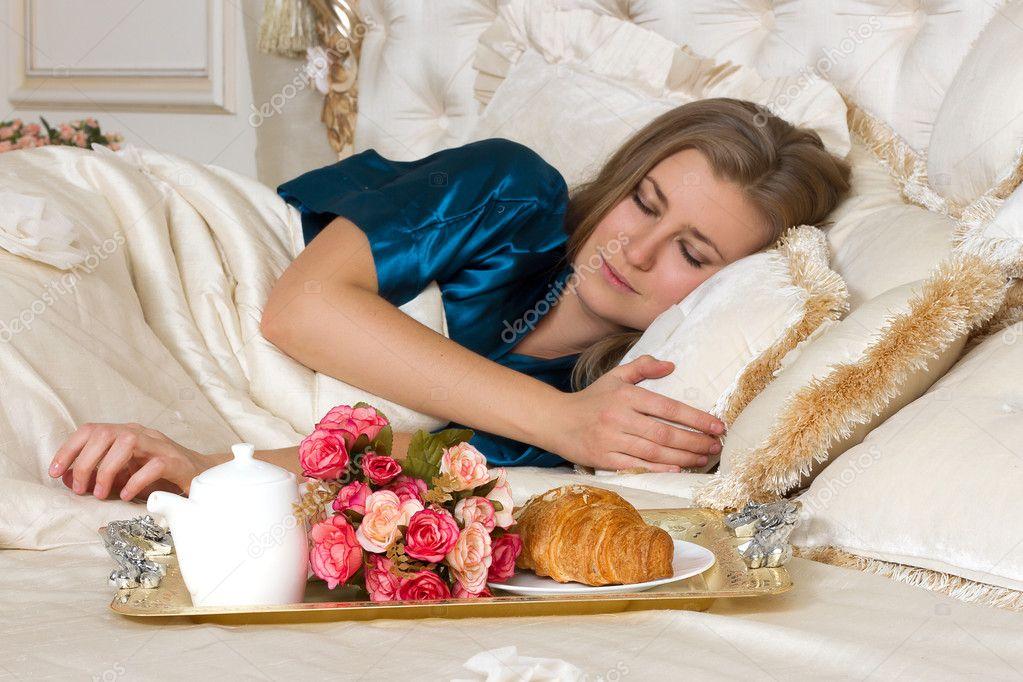 Девушка проснулась а парень принес завтрак — 5
