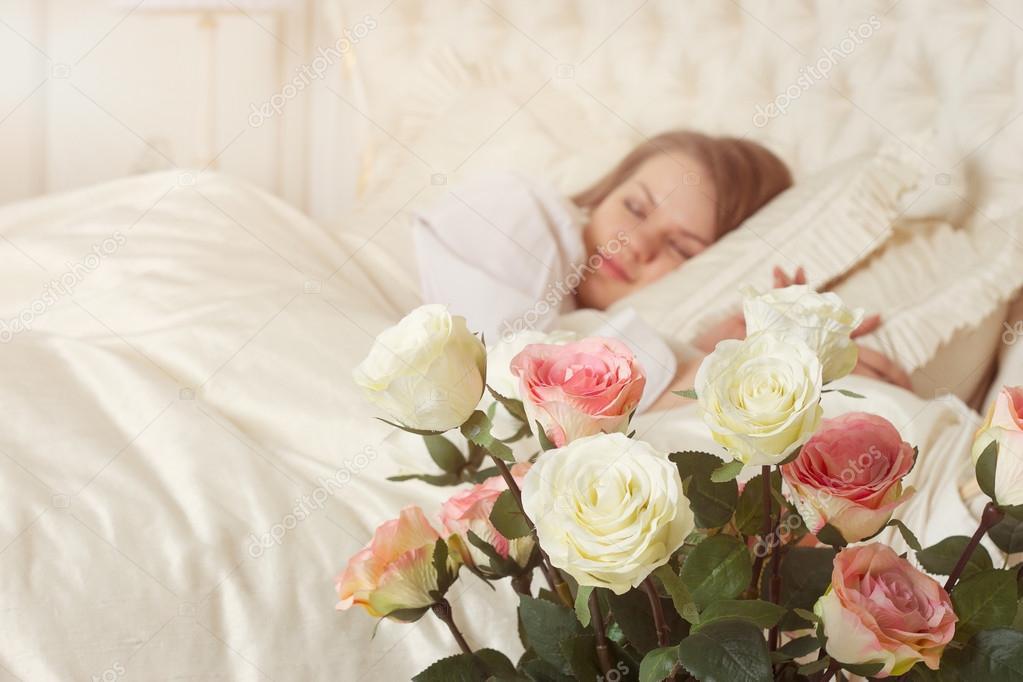 Bed Met Rozen.Mooie Slapende Vrouw In Bed Met Rozen Stockfoto C Victoshafoto