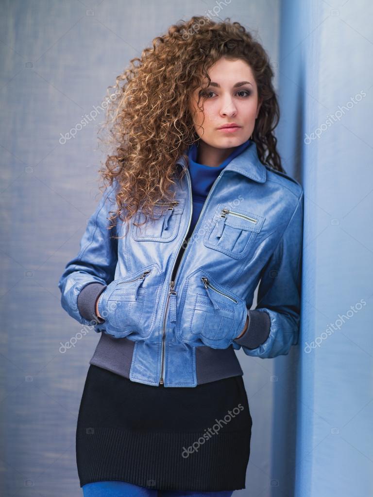 Картинки девушка в голубом куртке