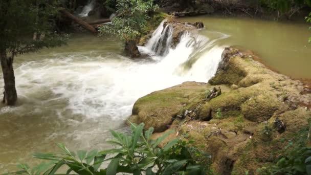 píseň khalia vodopádu v národním parku khao laem, Thajsko