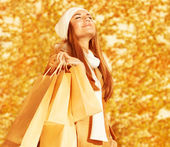 Glückliche Frau mit Einkaufstüten