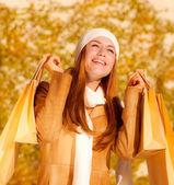 Fotografie Glückliches Mädchen mit Einkaufstüten