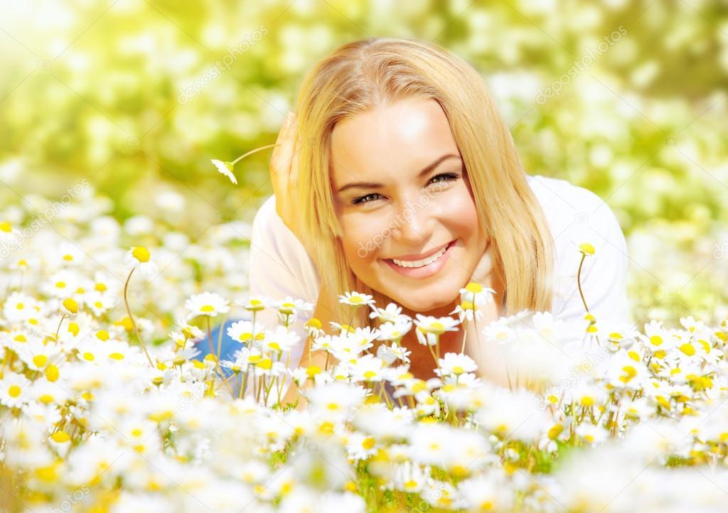 красивые девушки на лугу на поляне видео фото эротично