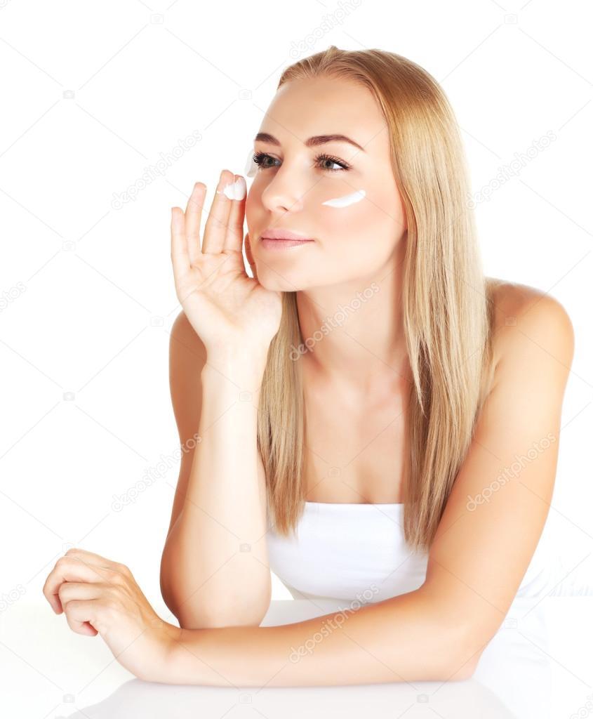 Closeup retrato de mujer rubia linda aplicar fondo blanco aislado en crema facial natural, lujo hidratar cosméticos, disfrutando de spa de día — Foto de ...