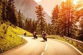 skupina motocyklisty na horské silnici
