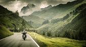 Fotografie motocyklista na horské silnice