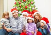 Velká rodina u vánočního stromu