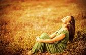 romantická žena na zlatém poli