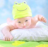 malé dítě v kostýmu žába