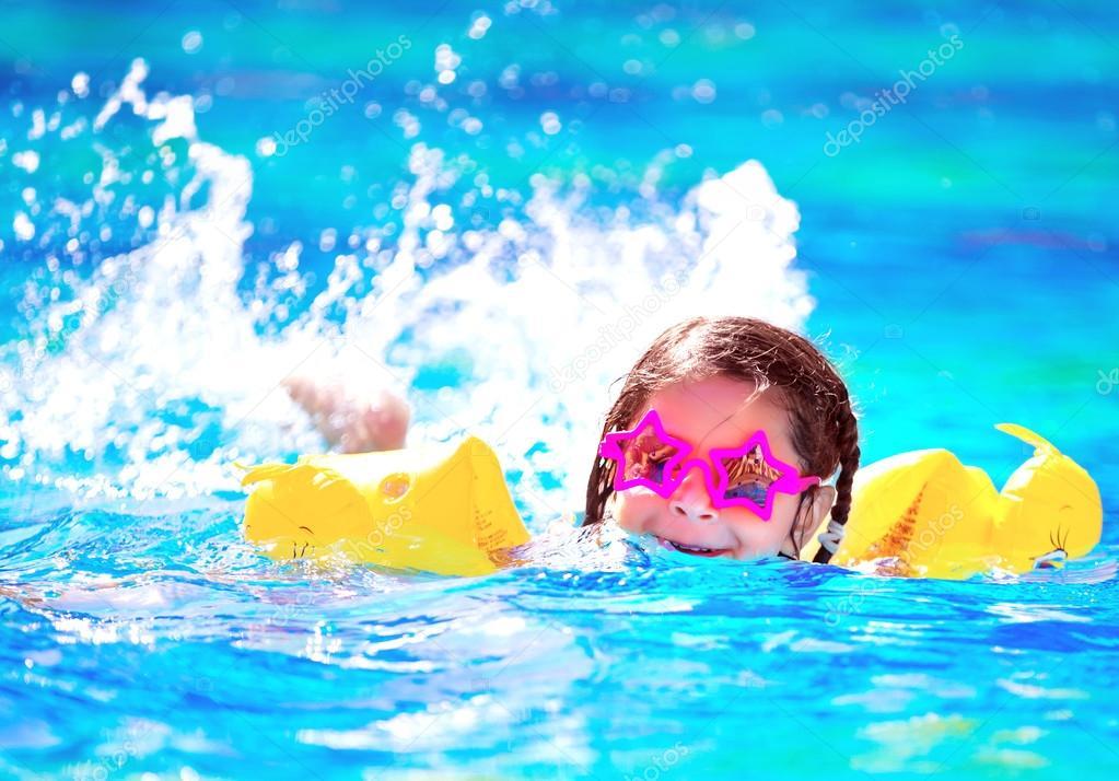 3f78f8bd82 χαριτωμένο μικρό μωρό κολύμπι στην πισίνα — Φωτογραφία Αρχείου ...