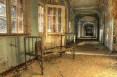 Stará postel v opuštěné nemocnici