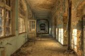 Opuštěné nemocnici koridor s postelí velikosti King