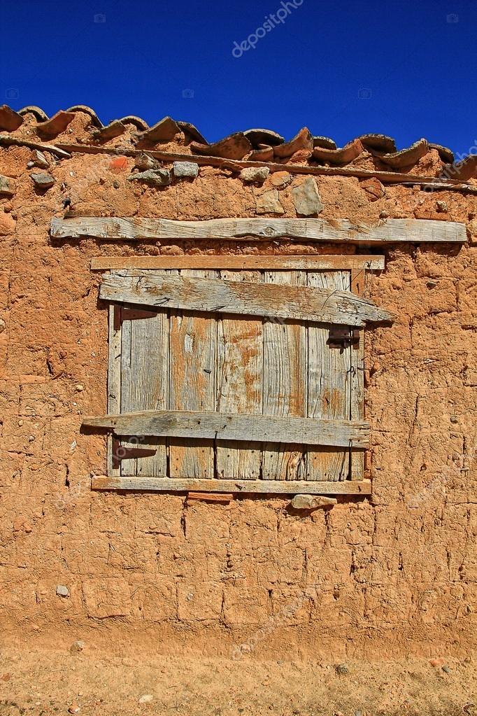 Ventana De Madera Antigua En La Casa De Adobe Y Barro Foto