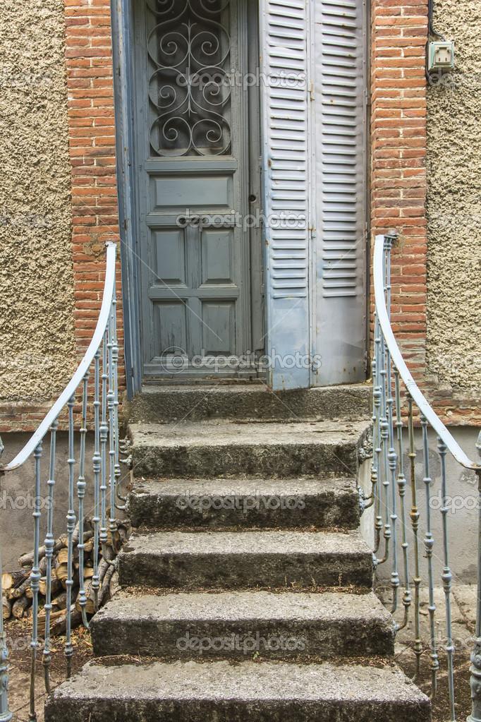 ziemlich kleine Treppe Tür mit Eisengeländern verziert — Stockfoto ...