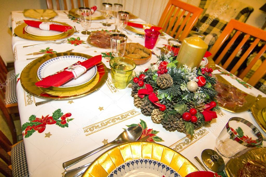Elegant Christmas table decorated with typical and colorful obje — Stock Photo