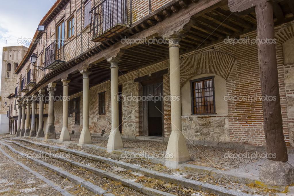 Case In Pietra E Mattoni : Colonne in pietra tipiche di supporto in legno e mattoni case in