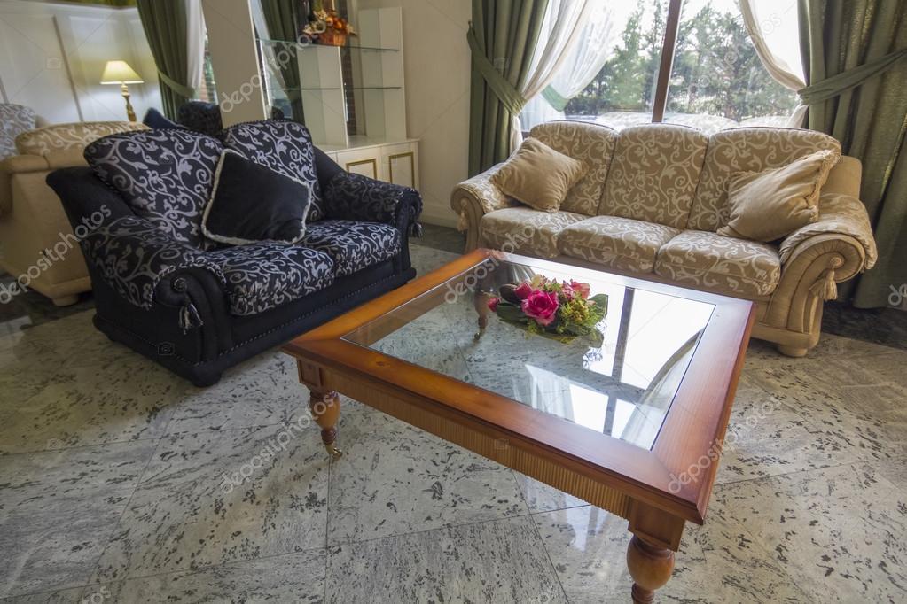 eleganti divani antichi, tavolo di vetro con fiori e rilassante ...