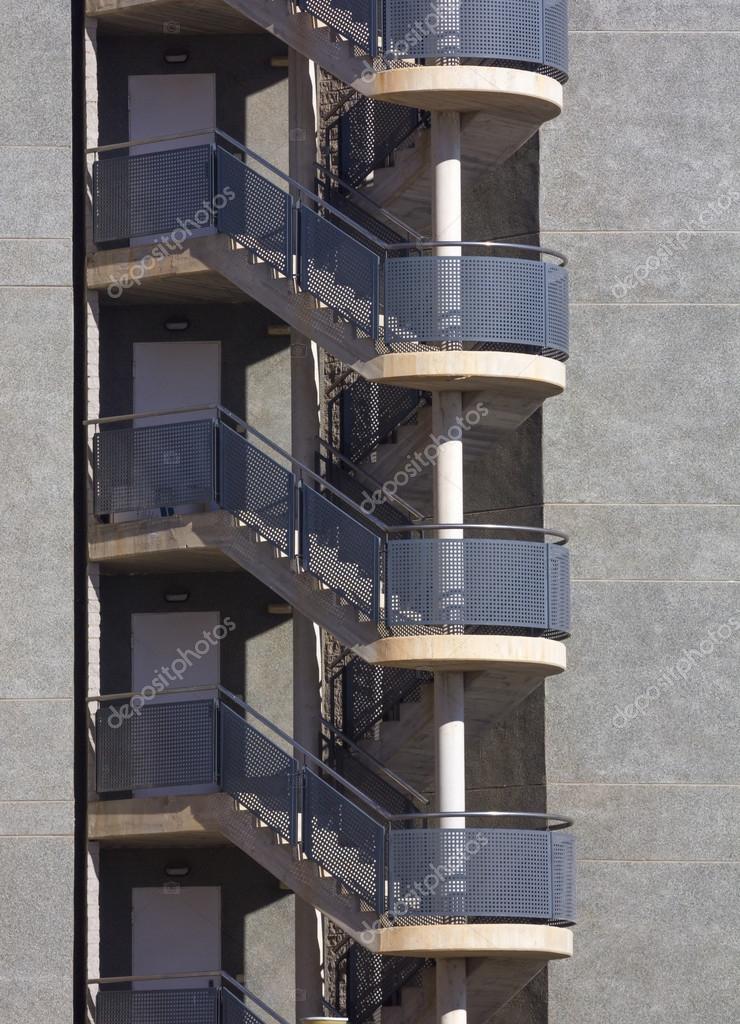 moderna fachada con escaleras exteriores de emergencia u fotos de stock