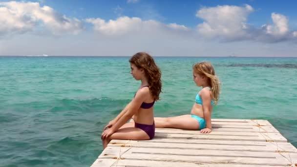 sestřičky dívky hledají idylickou krajinu v formentera beach v letním dni