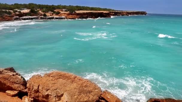 Cala Saona a türkizkék tenger a túlfeszültség nap hullámok közelében Ibiza-Formentera, Baleár sziget