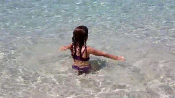 krásná holčička hraje v ibiza beach na letní dovolenou