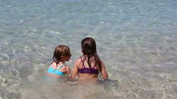 ragazzine giocando nellacqua di spiaggia riva nellisola di ibiza